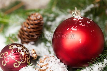 omfattet rode julekugler mellem kegler og