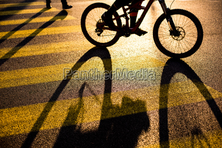 bikercyklist pa en passage i en
