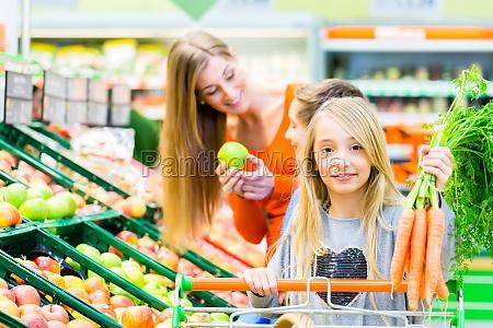 familie ude at handle i supermarkedet
