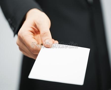 mand i kjole med kreditkort