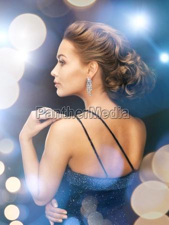 kvinde med diamant oreringe