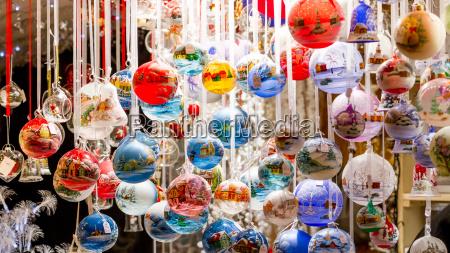 farverige julekugler