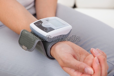 kvinde maling hendes blodtryk