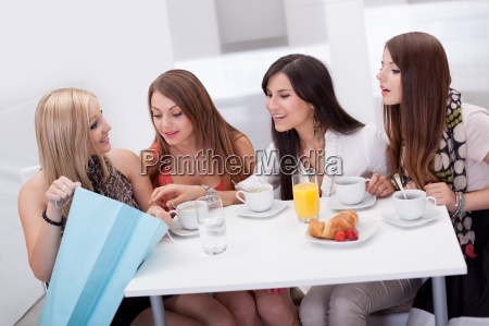 kvinder venner ser pa shopping