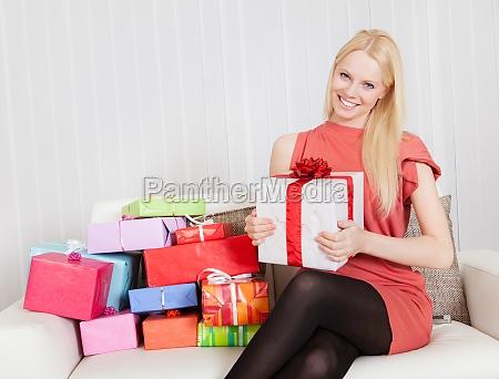 smuk ung kvinde med sine gaver