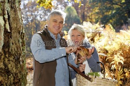 senior par i skoven holder ceps