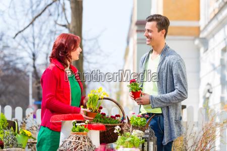 kunden kober blomst pa ugentlige marked