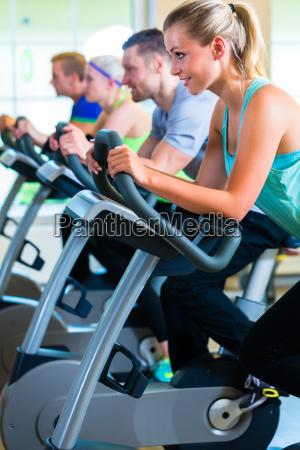 folk i gymnastiksalen pa sports bike