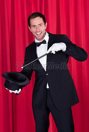 en tryllekunstner i et sort jakkesaet