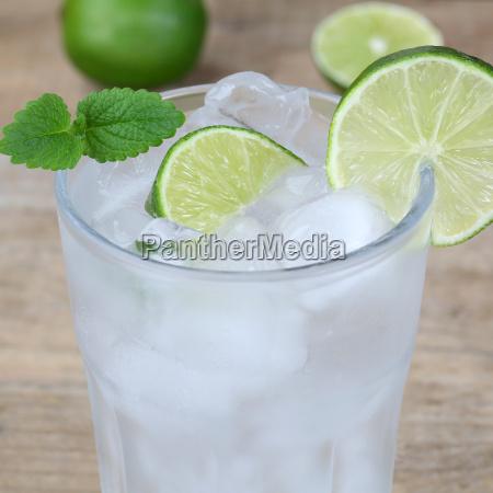 vand eller mineralvand drink med isterninger