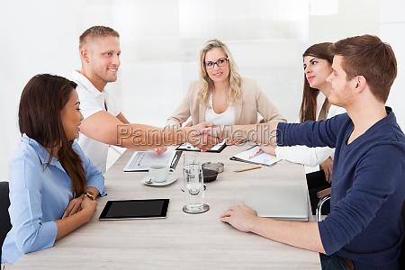 jobsamtale hand arbejdsplads forretning forretningsaftale arbejde