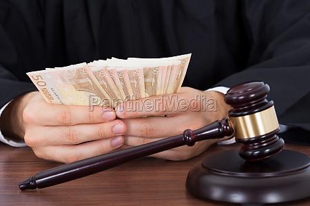 auktion afvikling advokat dommer skilsmisse domme
