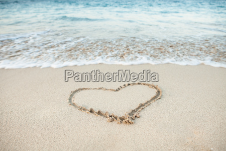 forma del corazon dibujada en arena