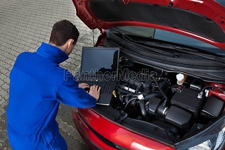 mekaniker brug laptop mens reparation car