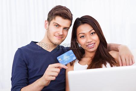 portraet af couple shopping online derhjemme