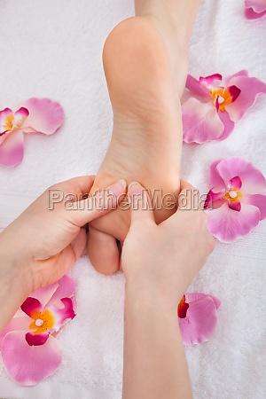 kvindens fodder modtager fodmassage