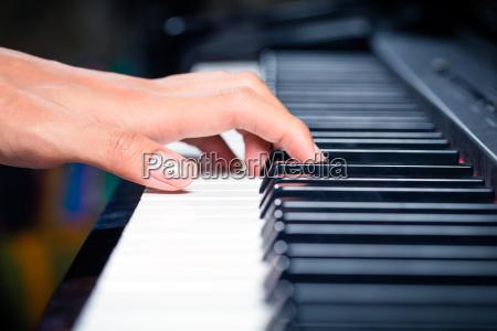 asian, mandlige, pianist, spille, klaver, i - 12558958
