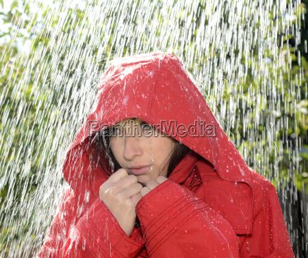 kvinde med haette i regnen