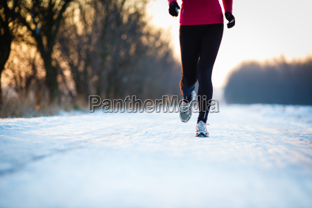 corsa invernale giovane donna che