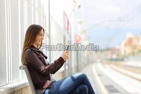 glad kvinde smse pa en smart