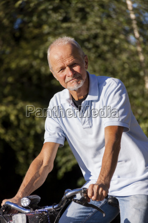 AEldre mand senior rentner nar cykling