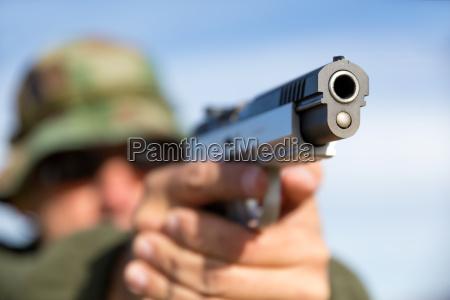 mand med pistol