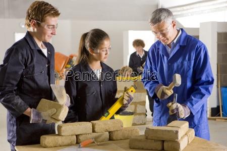 laererstuderende murerarbejde i erhvervsskolen