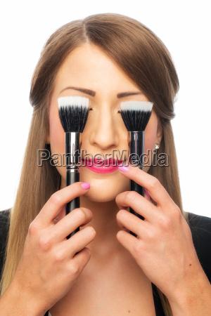 kvinde med make up pensler