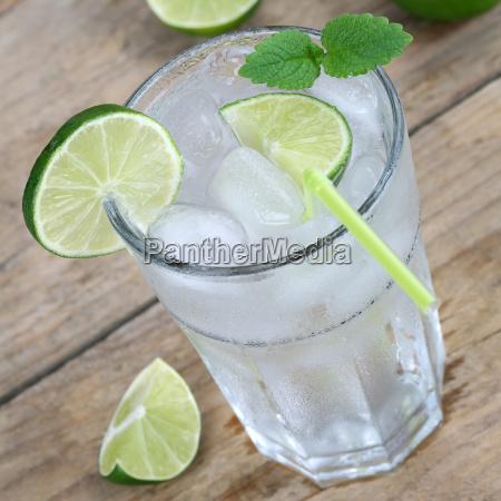 vand eller limonade drink med isterninger