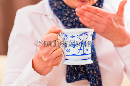 senior drikke te og helbredt deres