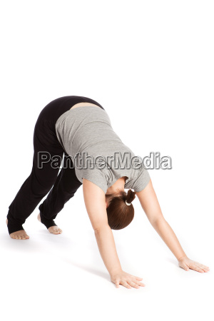 einzelpose des sonnengrusses im yoga adho