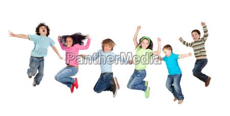 sechs lustige kinder springen