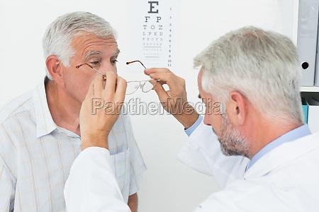 mand ifort briller efter at have
