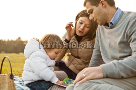 mor far og deres lille datter