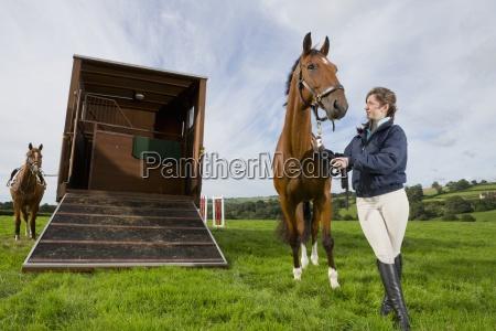 pige med hest ved siden af