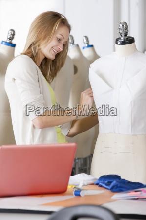 fashion design studerende arbejder pa tojet