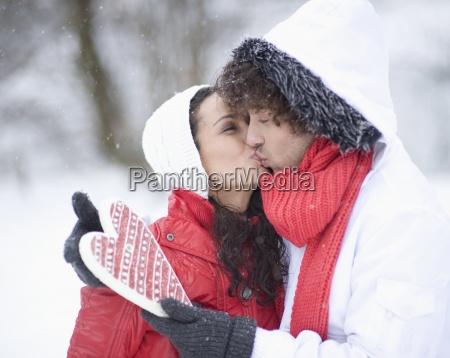 junges paar herz auf wintertag halten