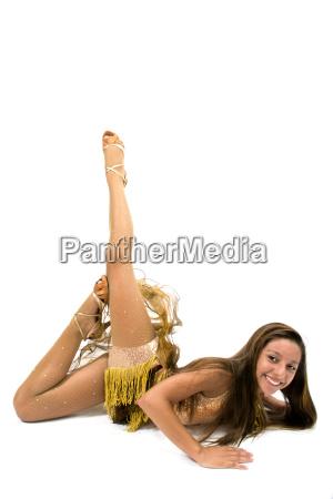 teenger smilende i gyldne kjole poserer
