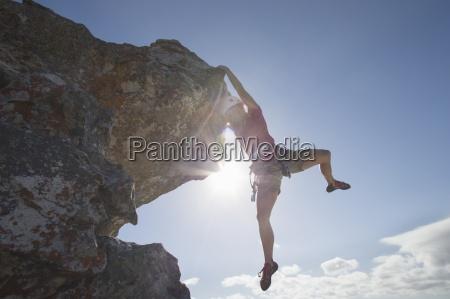 sol que brilla detras del escalador