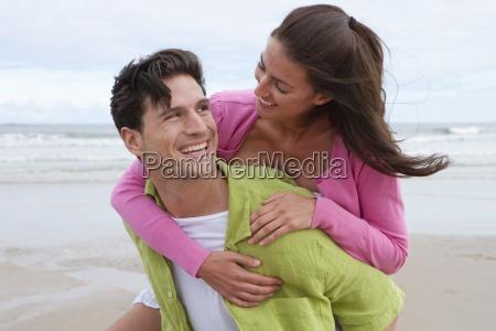 kvinde fnise smiler ga gaende gar