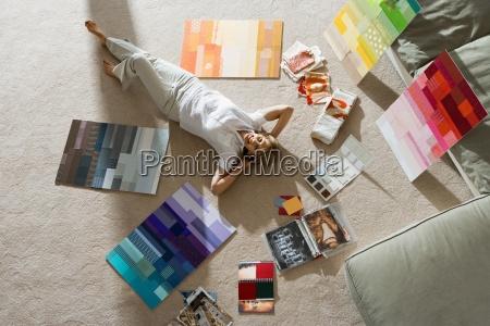 senior mand liggende pa gulvet derhjemme