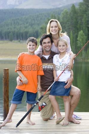 familie pa fire med fiskestang pa