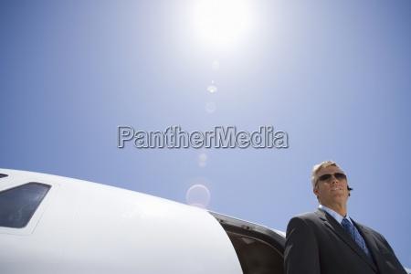 forretningsmand i solbriller med fly lav