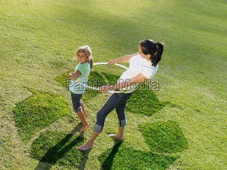 madre e hija hula hooping en