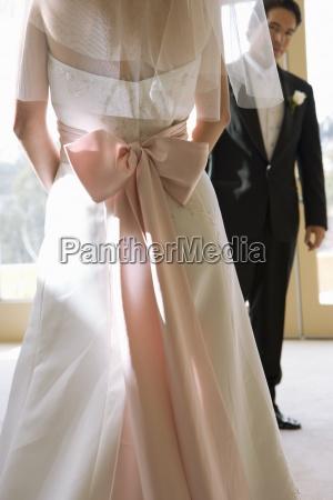 bruden ifort brudekjole med lyserod slojfe