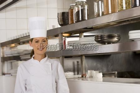 female kok poserer kommercielle kokken