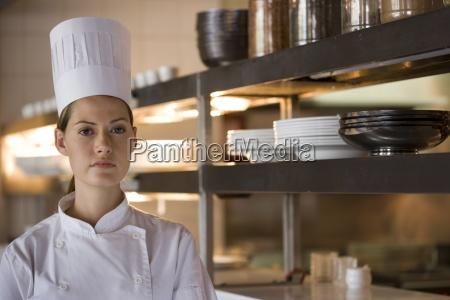 female kok staende i kommercielle kokken