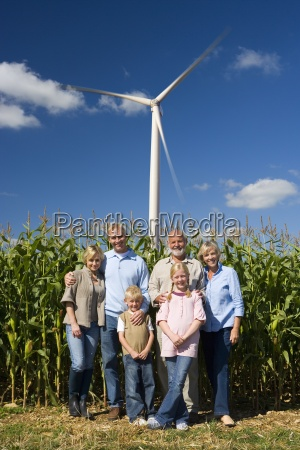 multi generation familie med majs felt