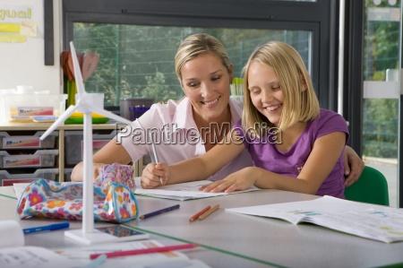 laerer hjaelpe studerende studie om vindmoller