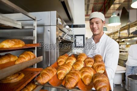 smilende bager bedrift bakke med brod